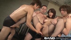 بنت يابانية مع 3 شباب كسوس طرية مثيرة